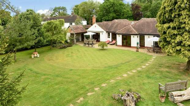 4 Bedrooms Detached Bungalow for sale in Church Lane, ARBORFIELD, Berkshire