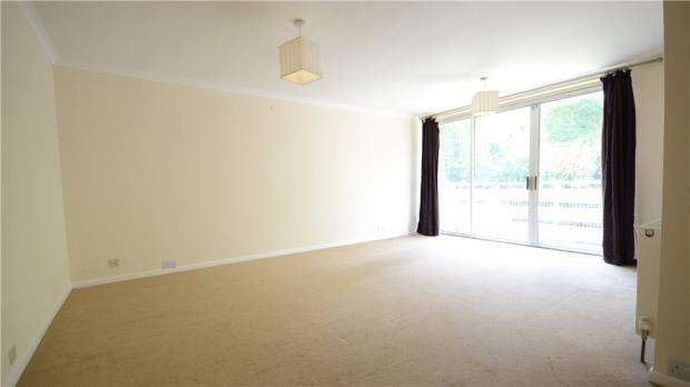 2 Bedrooms Apartment Flat for sale in Petworth Court, Bath Road, Reading
