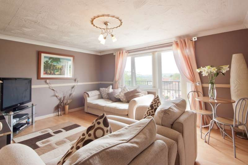 3 Bedrooms Flat for sale in Braeside Drive, Bellsmyre, Dumbarton, Dunbartonshire, G82 3HD