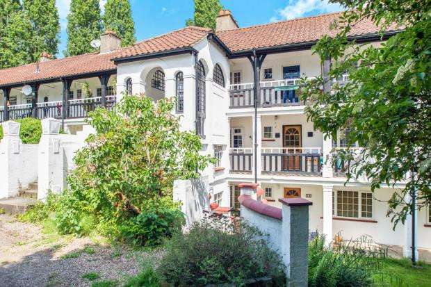 2 Bedrooms Flat for sale in Christ Church Mount, Epsom, Surrey