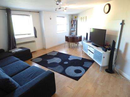 2 Bedrooms Flat for sale in Kingfisher Heights, Hogg Lane, Grays