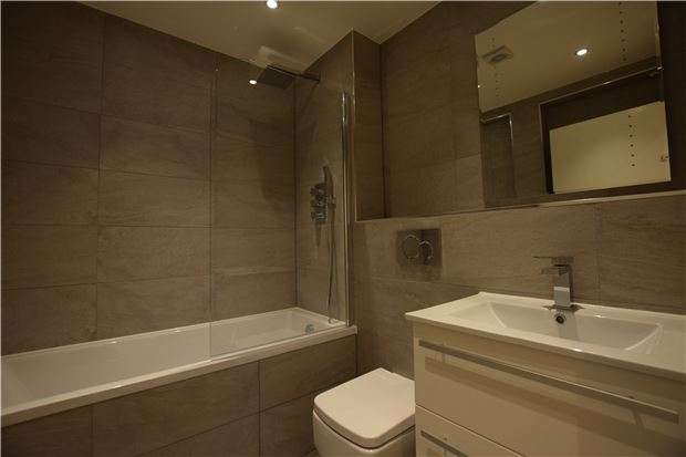 2 Bedrooms Flat for sale in 6 Victoria Road, Horley, Surrey, RH6 7PZ