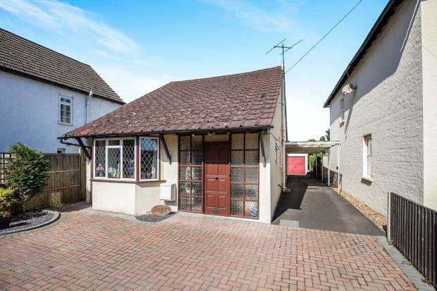 4 Bedrooms Bungalow for sale in Addlestone, Surrey