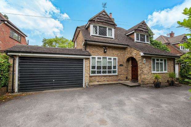 3 Bedrooms Detached House for sale in Pyrford, Surrey