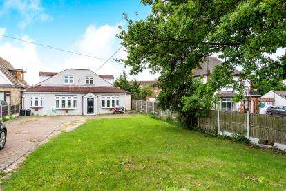 5 Bedrooms Bungalow for sale in Collier Row, Romford, Essex
