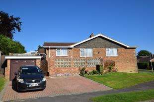 3 Bedrooms Bungalow for sale in Holly Drive, Heathfield, East Sussex