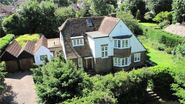 4 Bedrooms Detached House for sale in Searle Road, Farnham, Surrey