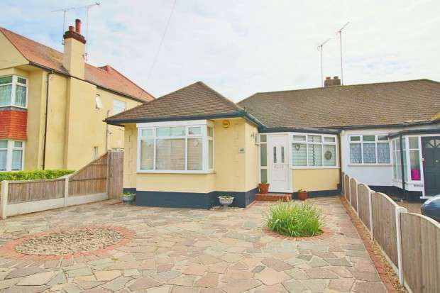3 Bedrooms Bungalow for sale in Rochford Road, Southend-on-sea, SS2