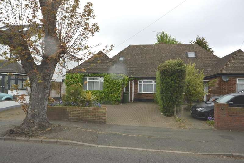 4 Bedrooms Semi Detached Bungalow for sale in Crow Lane, Romford, RM7