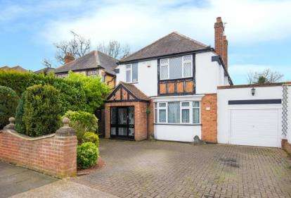 4 Bedrooms Detached House for sale in Nelmes Crescent, Hornchurch