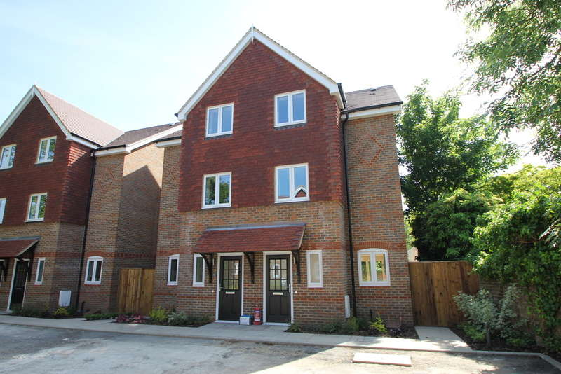 4 Bedrooms Semi Detached House for sale in More Lane, Esher