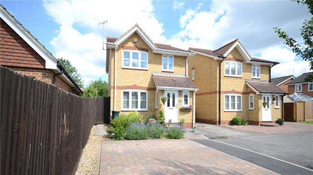 3 Bedrooms Link Detached House for sale in The Gardens, Tongham, Farnham