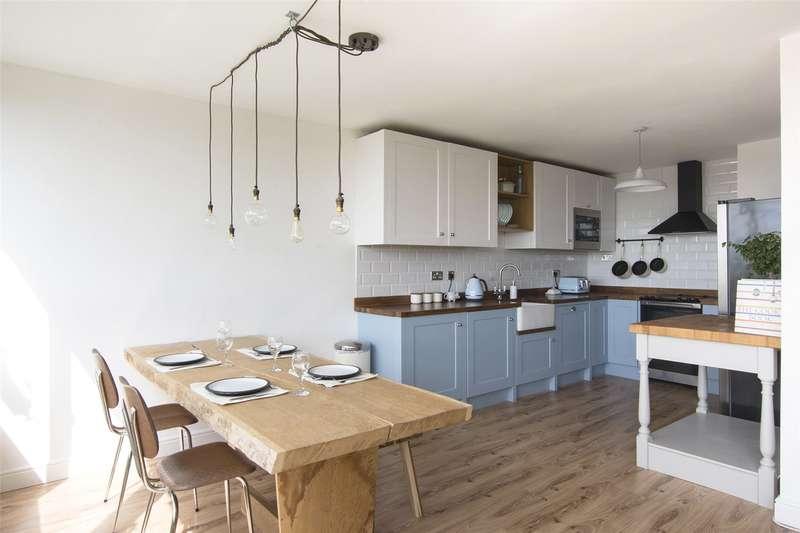 2 Bedrooms Flat for sale in Ingledew Court, Leeds, West Yorkshire, LS17