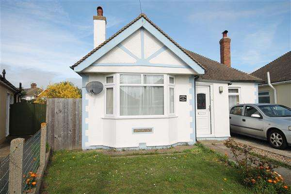 2 Bedrooms Bungalow for sale in Balmoral Avenue, Clacton on Sea