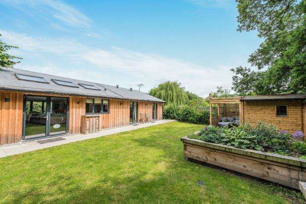 3 Bedrooms Bungalow for sale in Addlestone, Surrey