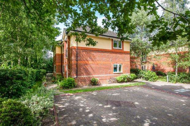 2 Bedrooms Flat for sale in St. Marys Way, Guildford, Surrey