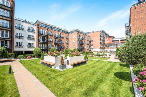 2 Bedrooms Flat for sale in Royal Quarter, Kingston, Surrey