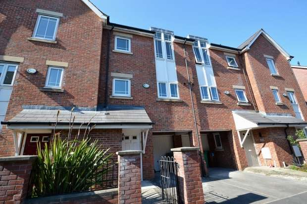 4 Bedrooms Semi Detached House for rent in Mackworth Street Hulme, M15 5lp Manchester