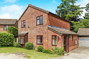 4 Bedrooms Detached House for sale in Maywater Close, Sanderstead, South Croydon, .