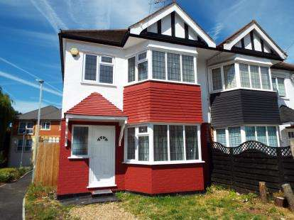 3 Bedrooms Semi Detached House for sale in Woodford Green, Essex