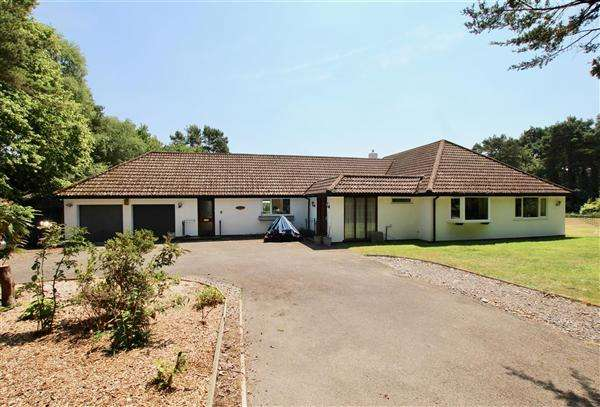 4 Bedrooms Detached House for sale in Birchlands, Chapel Rise, Ringwood