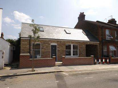 2 Bedrooms Bungalow for sale in Holywell Road, Watford, Hertfordshire
