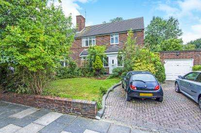 4 Bedrooms Semi Detached House for sale in Romford.