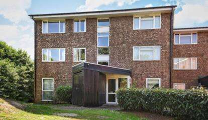 2 Bedrooms Flat for sale in Dyke Drive, Orpington