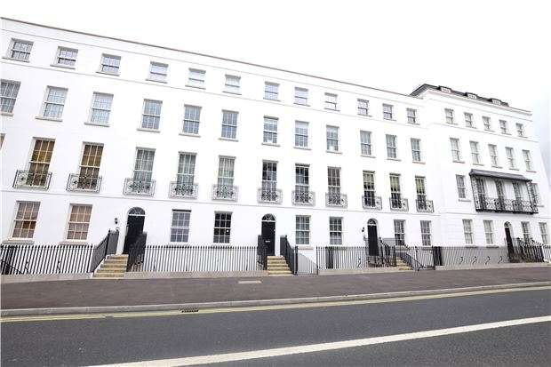2 Bedrooms Flat for sale in CHELTENHAM, Gloucestershire, GL52 2LZ