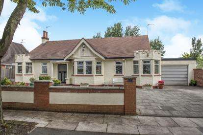 3 Bedrooms Bungalow for sale in Henley Drive, Southport, Lancashire, Uk, PR9