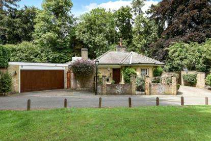 3 Bedrooms Detached House for sale in Shire Lane, Farnborough, Orpington