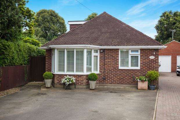 4 Bedrooms Bungalow for sale in Byfleet, Surrey