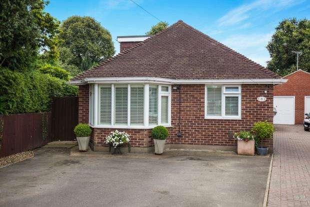 4 Bedrooms Bungalow for sale in Byfleet, Surrey