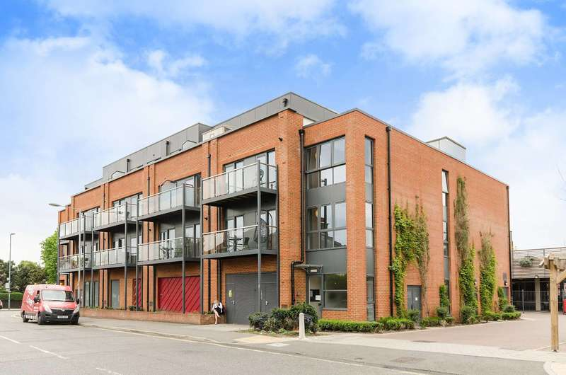 2 Bedrooms Flat for sale in Red Lion Road, Tolworth, KT6