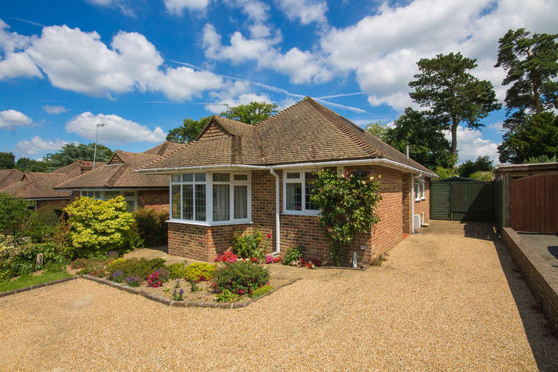 2 Bedrooms Detached Bungalow for sale in Heathcote Drive, East Grinstead