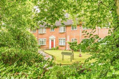 2 Bedrooms Flat for sale in Hawthorn Lodge, Bramhall Lane, Stockport, Greater Manchester
