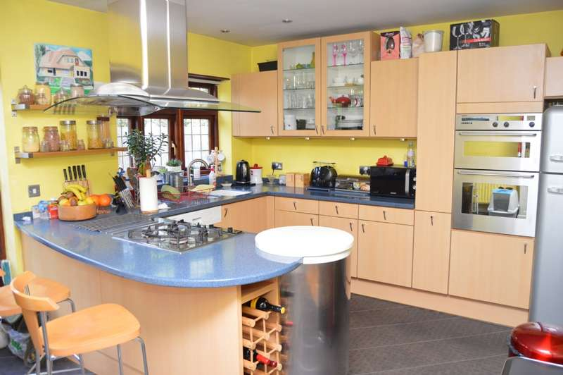 3 Bedrooms Semi Detached House for sale in Hill Grove, Romford