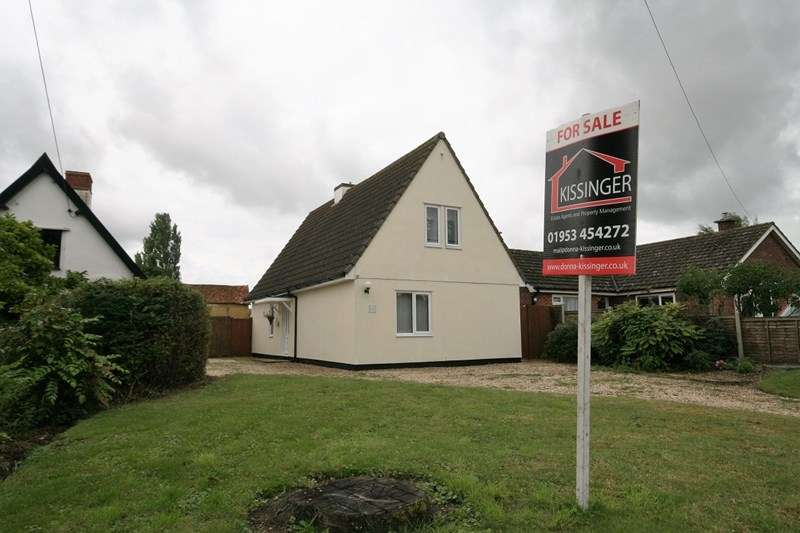 3 Bedrooms Detached House for sale in Watton Road, Attleborough