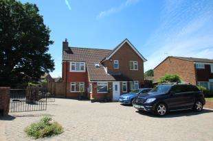 4 Bedrooms Detached House for sale in Mallard Close, Horley, Surrey