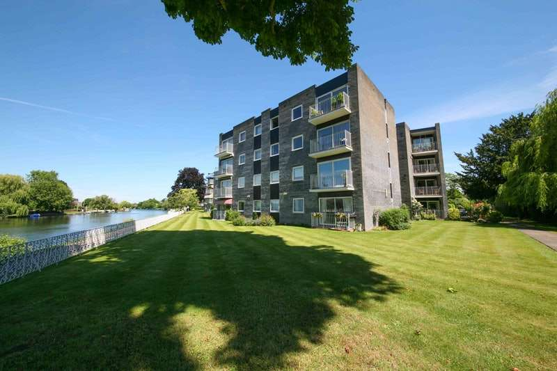 2 Bedrooms Flat for sale in Riverside Road, Staines upon Thames, Surrey, TW18