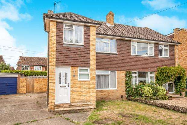 3 Bedrooms Semi Detached House for sale in Byfleet, Surrey