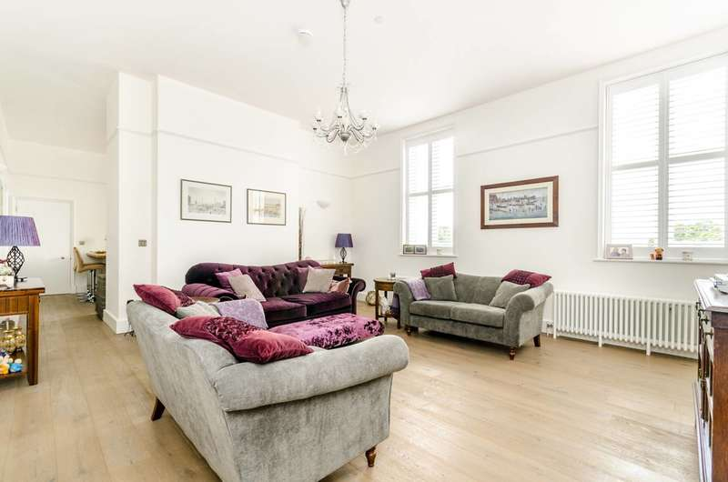3 Bedrooms Flat for sale in Parade Ground Path, Shooters Hill, SE18