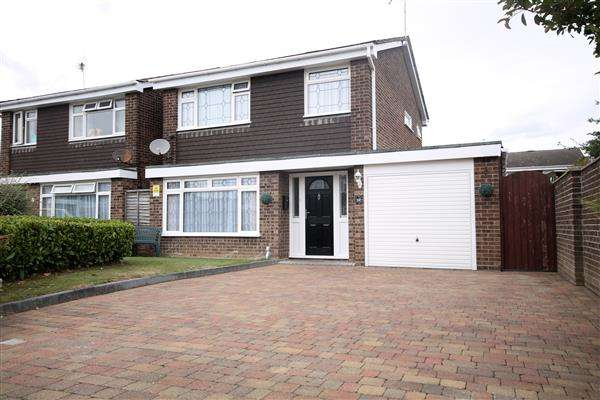 3 Bedrooms House for sale in Young Close, Clacton on Sea