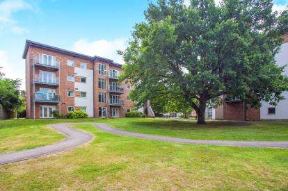 2 Bedrooms Flat for sale in Knightsbridge Court, Observer Drive, Watford, Hertfordshire