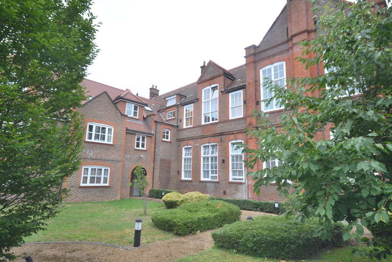 3 Bedrooms Flat for sale in College Yard, Gammons Lane