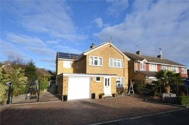 4 Bedrooms Detached House for sale in Bramling Avenue, Yateley, Hampshire