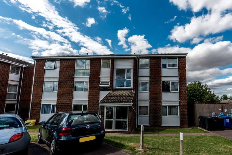 2 Bedrooms Flat for sale in Thackeray Close, Royston, Hertfordshire, SG8