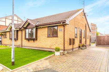 2 Bedrooms Bungalow for sale in Mountroyal Close, Hyde, Greater Manchester, Tameside