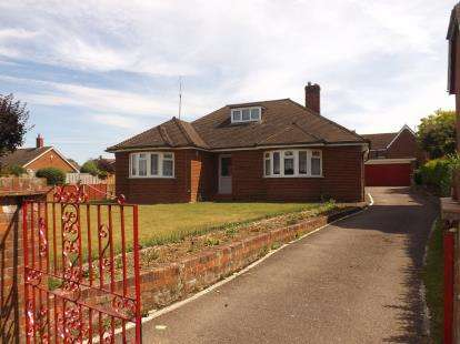 2 Bedrooms Bungalow for sale in High Street, Broom, Biggleswade, Bedfordshire