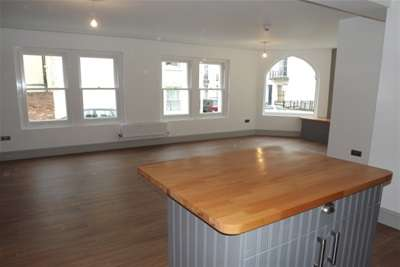 2 Bedrooms Flat for rent in Oakfield Grove, Clifton